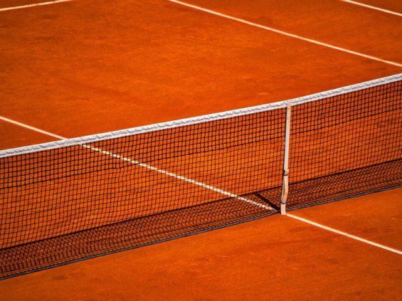 Filet et terrain de tennis en terre battue artificielle